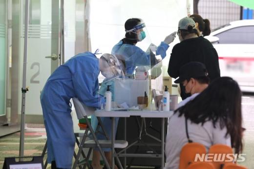 서울 강서구 보건소에 설치된 컨테이너형 워킹스루 선별진료소에서 시민들이 신종 코로나바이러스 감염증(코로나19) 검사를 받고 있다./사진=뉴시스