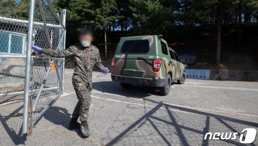 지난 5일 신종 코로나바이러스 감염증(코로나19) 확진자가 발생한 경기도 포천의 한 군부대에서 장병이 문을 잠그고 있다. /사진=뉴스1