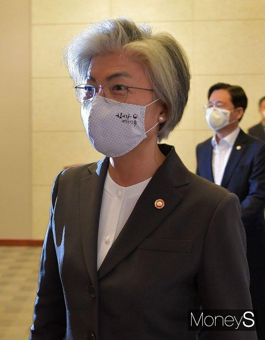 [머니S포토] 논란 속 국무회의 참석한 강경화