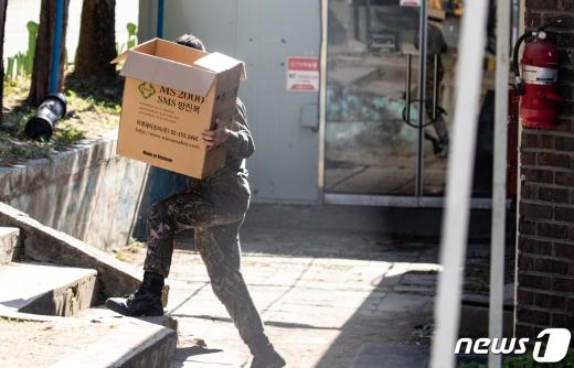 지난 5일 신종 코로나바이러스 감염증(코로나19) 확진자가 발생한 경기도 포천의 군부대에서 한 장병이 방역 물품을 옮기고 있다. /사진=뉴스1