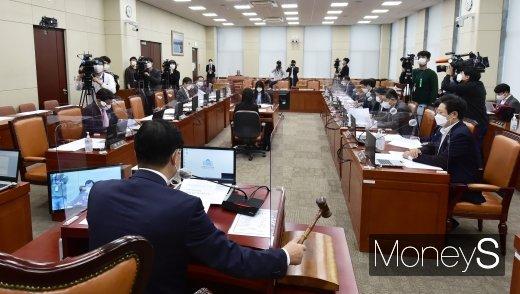 [머니S포토] 한기호 野 간사 불참 속 진행된 국회 국방위 회의