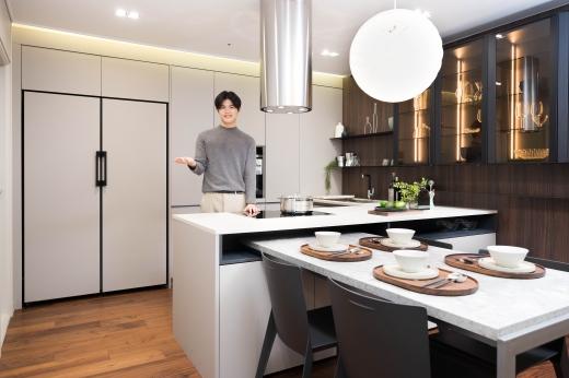 삼성전자가 비스포크 냉장고 디자인을 확대한다. 페닉스 소재를 적용한 비스포크 냉장고(왼쪽). / 사진=삼성전자