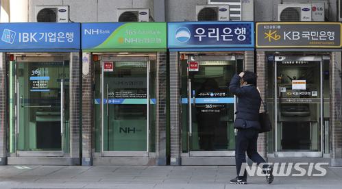 서울 종로구 세종문화회관 인근에 은행 ATM 부스/사진=뉴시스