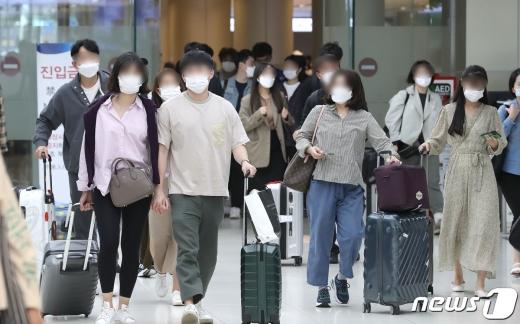지난 29일 추석 연휴를 하루 앞두고 김포공항 국내선청사가 이용객들로 붐볐다. /사진=뉴스1