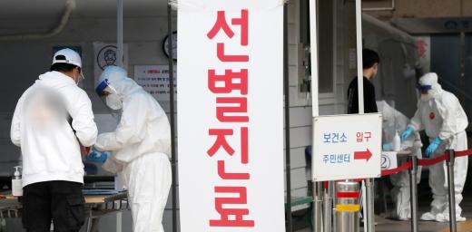지난 4일 서울 도봉구 보건소에 마련된 선별진료소에서 의료진들이 시민들을 상대로 코로나19 진단검사를 하고 있다./사진=뉴스1 민경석 기자
