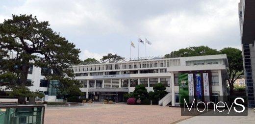 전남 해남군이 산업통상자원부 한국에너지공단에서 시행하는 2021년 신재생에너지보급 융복합지원 공모사업에 선정됐다. 해남군청사/머니S DB
