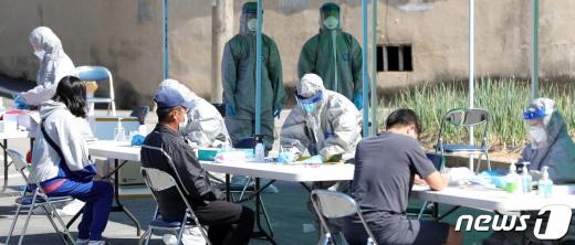 6일 전북 정읍 양지마을 주민들이 양지경로회관 앞에 마련된 검사소에서 마을 주민들이 검사를 받고 있다. /사진=뉴스1