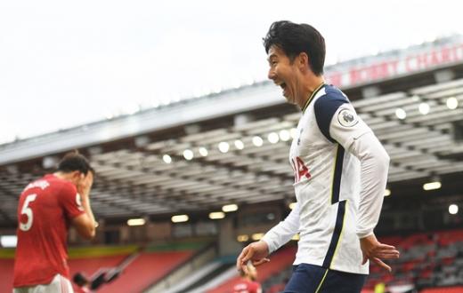 토트넘 홋스퍼 공격수 손흥민(28)이 지난 5일 영국 맨체스터의 올드 트래퍼드에서 열린 2020-21 잉글랜드 프리미어리그(EPL) 맨체스터 유나이티드와의 경기에서 팀의 4번째 골을 넣은 뒤 환호하고 있다. /사진=로이터