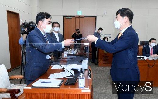 [머니S포토] 국정감사에서 선서문 전달하는 구윤철