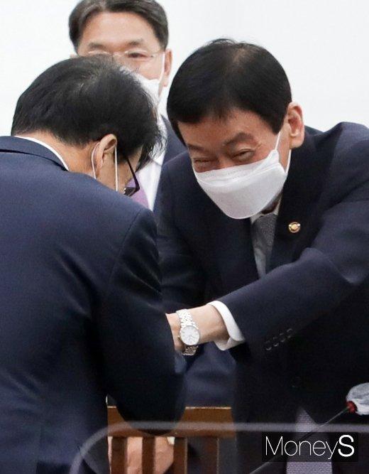 [머니S포토] 2020 국감, 인사 나누는 진영 행안부 장관