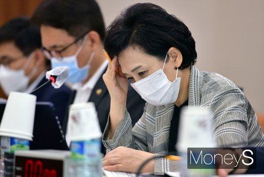 최근 국회 국토교통위원회 전체회의에 참석해 생각에 잠긴 김현미 국토부 장관. /사진=임한별 기자