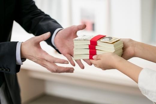 법정 최고금리를 연 24%로 인하한 지 2년이 지났지만 이 기준을 초과한 고율의 대출잔액이 8300억원에 육박했다./사진=이미지투데이