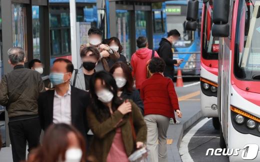 대중교통과 의료기관 등에서의 마스크 착용 의무제도가 시작된 13일 오전 서울역 버스환승센터에서 마스크를 착용한 시민들이 버스를 이용하고 있다. /사진=뉴스1