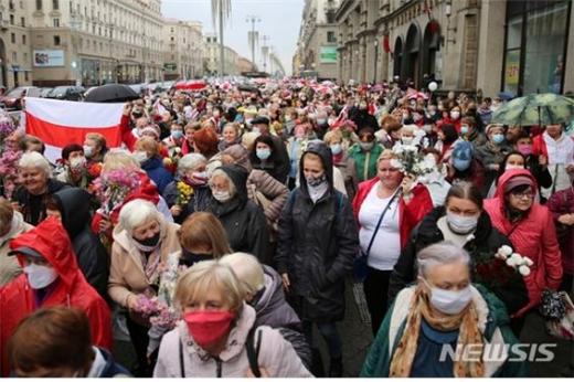 벨라루스 정부가 반정부 시위대에 무기 사용을 허가했다. 사진은  대선 결과에 항의하는 시위대./사진=뉴시스