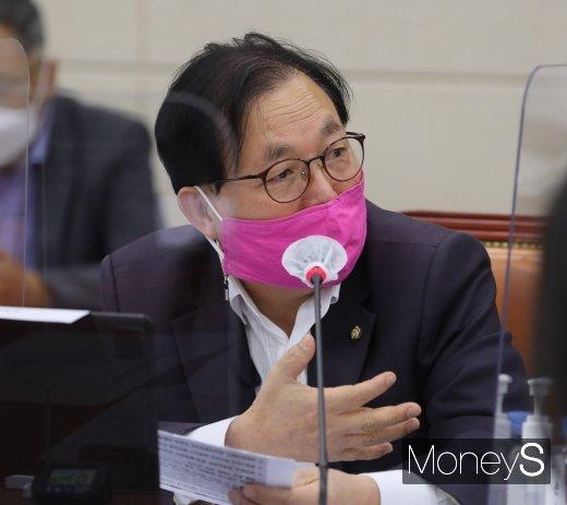 [머니S포토] 유승준 입국금지 관련 질의하는 이채익 의원