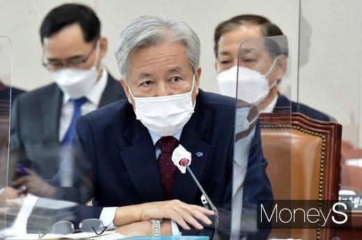 [머니S포토] 질의 답변하는 이정우 한국장학재단 이사장
