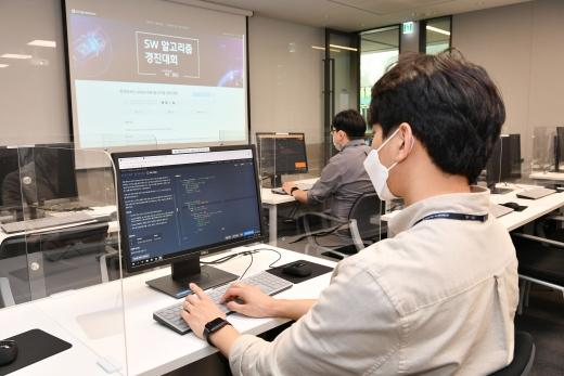 지난 8일 경기도 용인시에 위치한 현대모비스 기술연구소에서 진행된 'SW 알고리즘 경진대회' 결선에 참여한 직원들이 주어진 과제를 해결하기 위해 코딩작업을 수행하고 있다. /사진제공=현대모비스