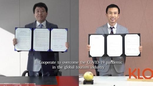 안영배 한국관광공사 사장(왼쪽)과 에단린 클룩 CEO가 각각 서울과 홍콩의 랜드마크와 양사의 사무실을 배경으로 하는 가상공간에서 업무협약을 체결했다. /사진=한국관광공사