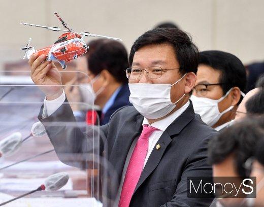 [머니S포토] 소방헬기 모형 들어보이는 김형동 의원