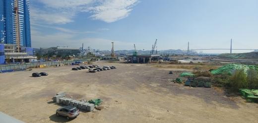 부산역 보행테크와 연결될 환승센터가 아직도 착공을 못하고 빈 공터로 남아 있다./사진=김동기 기자