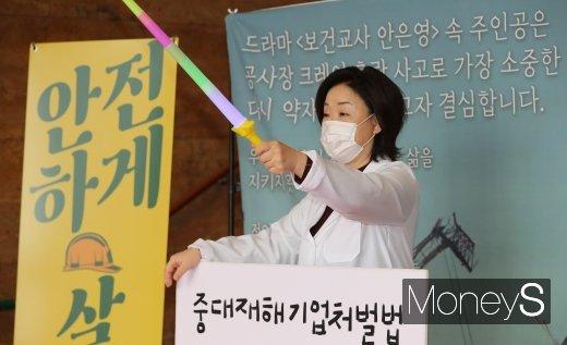 [머니S포토] 심상정, '보건교사 안은영' 복장으로 1인 시위