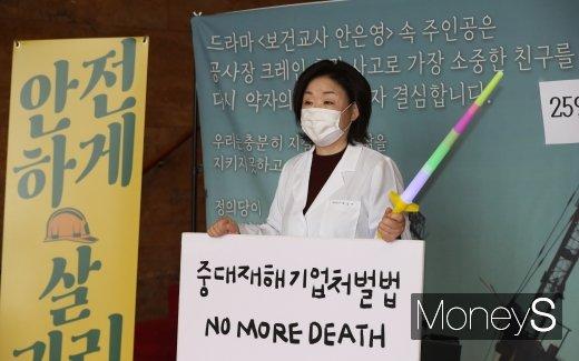 [머니S포토] 보건교사 안은영 복장으로 1인 시위 나선 심상정 의원