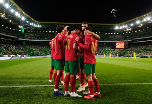 포르투갈 대표팀 선수들이 15일(한국시간) 포르투갈 리스본의 에스타디우 조세 알발라데에서 열린 UEFA 네이션스리그 A리그 3조 스웨덴과의 경기에서 전반 21분 베르나르두 실바의 선취골이 터지자 다함께 기뻐하고 있다. /사진=로이터
