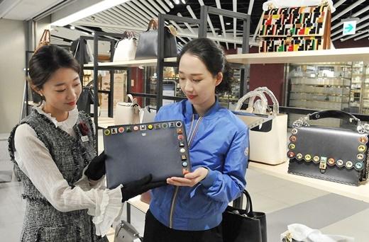 20~30대의 명품 소비가 급증했다. 백화점 고객이 해외명품을 둘러보는 모습. /사진=롯데쇼핑