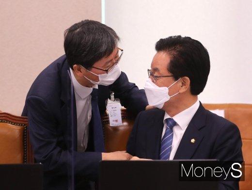 [머니S포토] 국감에서 인사하는 정정순 의원과 손병석 사장
