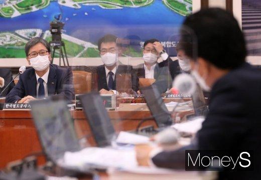 [머니S포토] 의원 질의 답변하는 손병석 사장