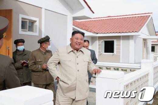 김정은 북한 국무위원장이 함경남도 신포시와 홍원군을 비롯한 동해지구 수해복구 건설장을 방문해 건설사업을 지도했다고 노동당 기관지 노동신문이 15일 전했다. /사진=뉴스1