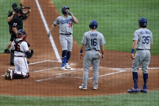 LA 다저스 외야수 작 페더슨(31번)이 15일(한국시간) 미국 텍사스주 알링턴의 글로브 라이프 필드에서 열린 2020 메이저리그 NLCS 3차전 애틀란타 브레이브스와의 경기에서 1회초 3점 홈런을 때린 뒤 홈으로 들어오고 있다. /사진=로이터