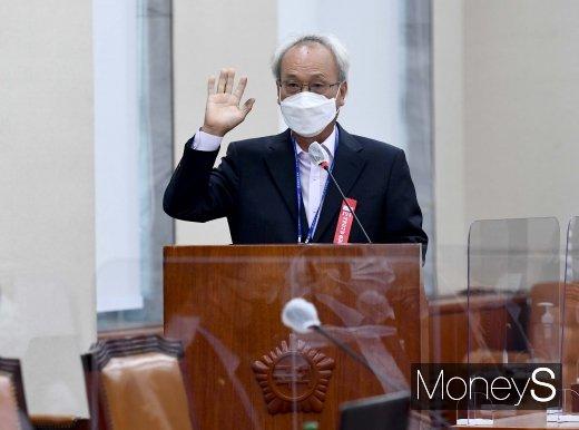 [머니S포토] 선서하는 문성현 경제사회노동위원장