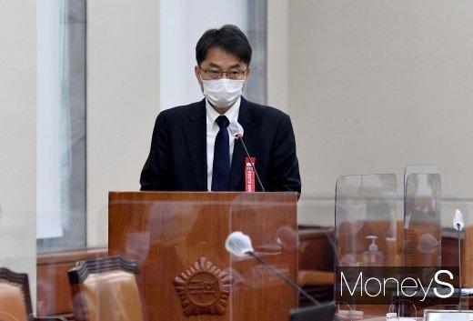 [머니S포토] 국감 출석해 업무보고 하는 박준식 최저임금위원장
