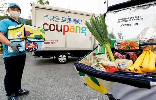 쿠팡은 아마존을 따라 2018년 10월 신선식품 새벽배송 서비스 '로켓 프레시'를 도입했다. /사진=쿠팡