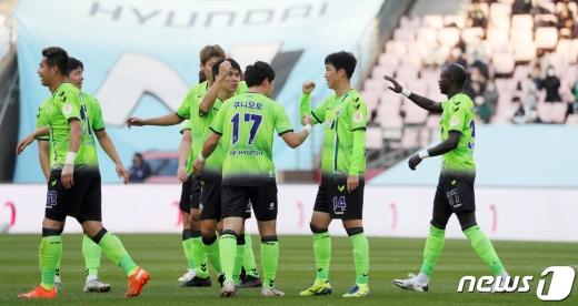 18일 전주월드컵경기장에서 열린 프로축구 K리그1 전북현대와 광주FC 경기에서 전북 등번호 17번 쿠니모토가 골을 넣은 후 동료들의 축하를 받고 있다. /사진=뉴스1