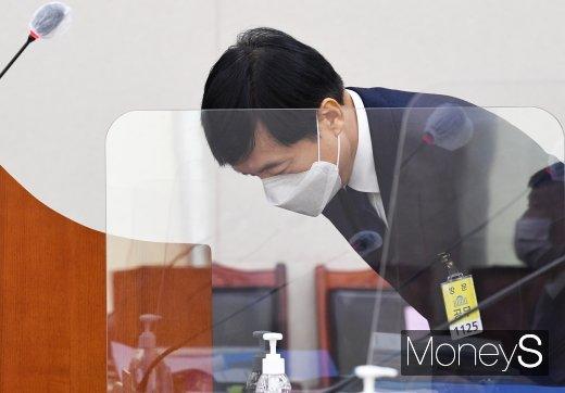 [머니S포토] 2020 법사위 국감, 인사하는 이성윤 중앙지검장
