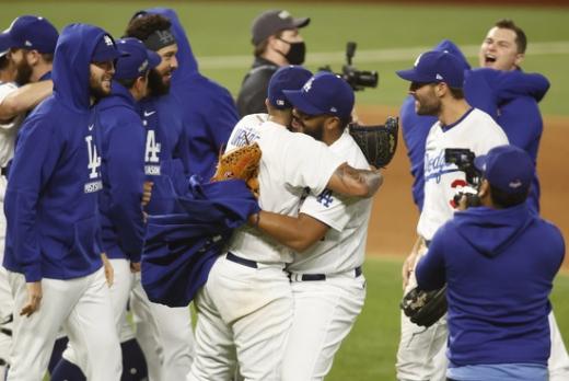 LA 다저스 선수들이 19일(한국시간) 미국 텍사스주 알링턴의 글로브 라이프 필드에서 열린 2020 메이저리그 NLCS 7차전 애틀란타 브레이브스와의 경기에서 4-3으로 승리, 월드시리즈 진출 티켓을 획득한 뒤 경기장에서 기뻐하고 있다. /사진=로이터