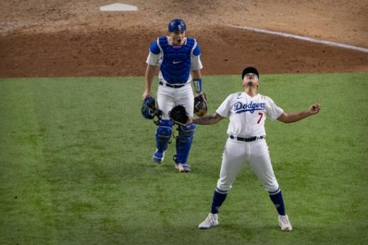 LA 다저스 투수 훌리오 유리아스(오른쪽)가 19일(한국시간) 미국 텍사스주 알링턴의 글로브 라이프 필드에서 열린 2020 메이저리그 NLCS 7차전 애틀란타 브레이브스와의 경기에서 9회초 승리를 확정지은 뒤 포효하고 있다. /사진=로이터