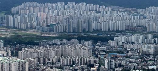 HUG의 오락가락 분양가 책정에 일부 아파트 주민들이 집값을 1억원씩 더 냈다는 지적이 제기됐다. 사진은 서울시내 한 아파트 밀집 지역. /사진=뉴스1 DB