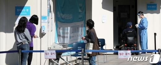 지난 6일 서울 중랑구 서울의료원에 마련된 선별진료소에서 의료진이 신종 코로나바이러스 감염증(코로나19) 진단 검사를 받기 위해 찾아온 시민들을 돌보고 있다. /사진=뉴스1