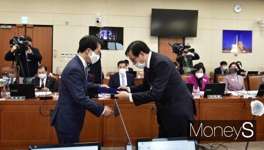 [머니S포토] 선서문 전달하는 김상균 방문진 이사장