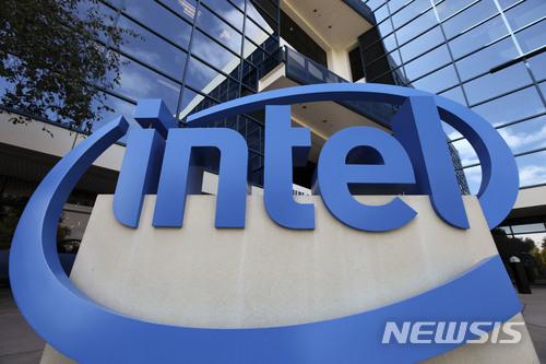 SK하이닉스가 인텔의 메모리 반도체 사업부문 인수에 나섰다. 협상 대상은 인텔의 다롄 공장이 유력하다/사진=뉴시스
