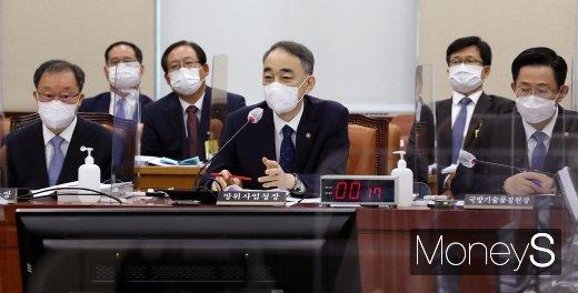 [머니S포토] 2020 국방위 국감, 질의 답변하는 방사청 '왕정홍'