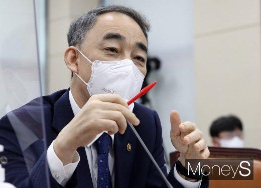 [머니S포토] 답변하는 왕정홍 방위사업청장