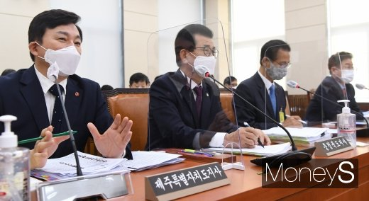 [머니S포토] 2020 국감 질의 답하는 원희룡 제주도지사