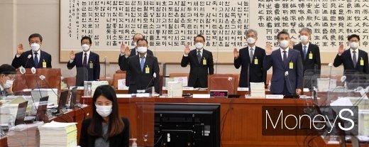 [머니S포토] 2020 법사위 국감, 코로나19 속 광화문 집회 허용 여야 공방