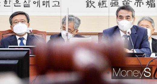 [머니S포토] 국회 법사위, 질의 경청하는 민중기 중앙지법원장