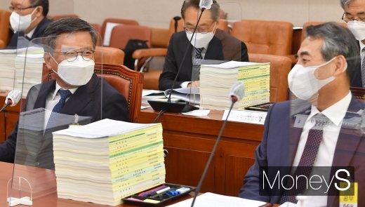 [머니S포토] 법사위 국감, 대화 나누는 김창보-민중기