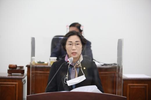 서천군의회 김아진의원이 청소년 교통비지원에대해 군정질의하고 있다. /사진=서천군